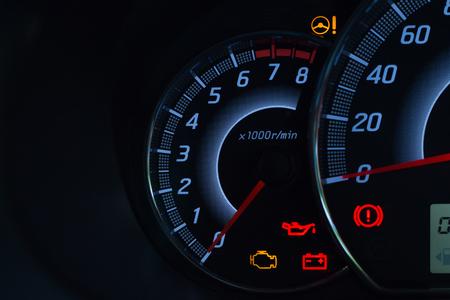 故障インジケーターを表示するダッシュボードパネルシンボル上の車の状態警告灯の画面表示 写真素材