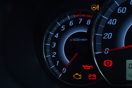Visualizzazione sullo schermo della spia di stato dell'auto sui simboli del pannello del cruscotto che mostrano gli indicatori di guasto Archivio Fotografico