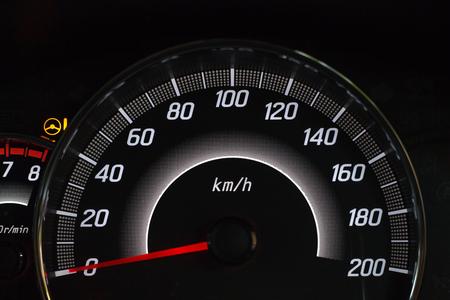 Visualizzazione sullo schermo della spia di stato dell'auto sui simboli del pannello del cruscotto che mostrano gli indicatori di guasto