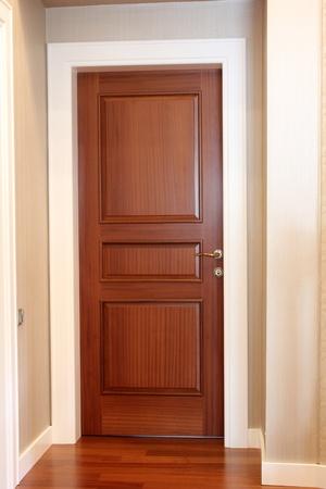 Holz-Tür Standard-Bild