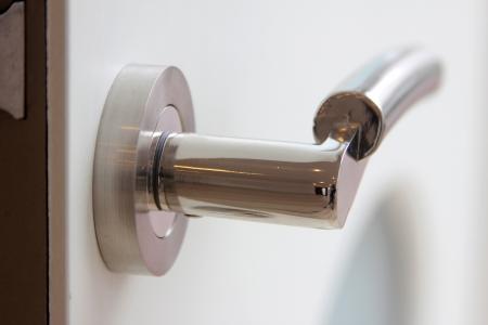 door handle: wood door