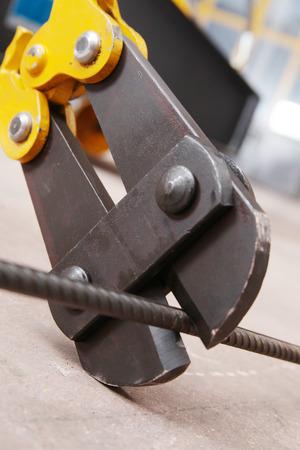 tijeras cortando: tijeras de corte de metal Foto de archivo