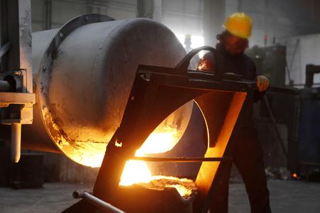 fábrica de fundición y trabajador Foto de archivo