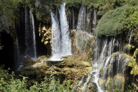 美しい滝の写真の背景、岩場