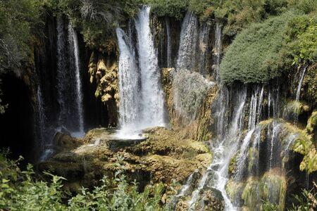 schöner Wasserfallfotohintergrund, felsiges Feld