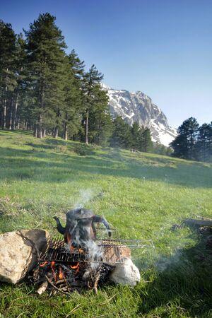 campfire wood fire tea, snowy mountain 免版税图像