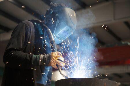 Industrial steel welder in factory. Foto de archivo - 131954681