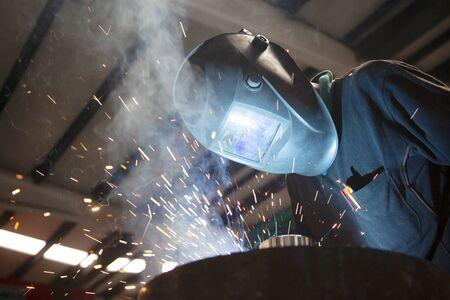 Industrial steel welder in factory. Foto de archivo - 131960356