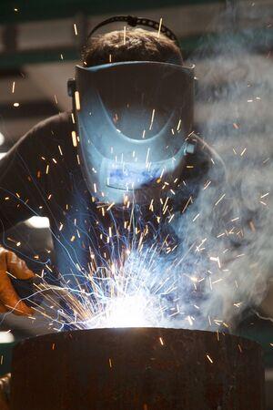 Industrial steel welder in factory. Foto de archivo - 131961310