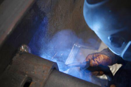 Industrial steel welder in factory. Foto de archivo - 131960497