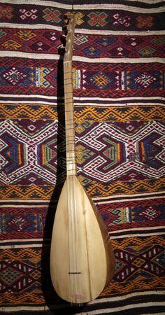 Turkish instrument on the rug. Saz Baglama. Stockfoto