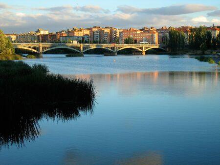살라망카, 스페인의 강 Tormes 건너편 다리 스톡 콘텐츠