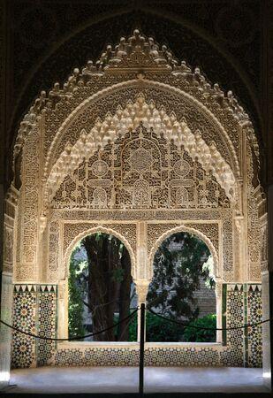 グラナダ: スペイン、グラナダのアルハンブラ宮殿内のウィンドウ