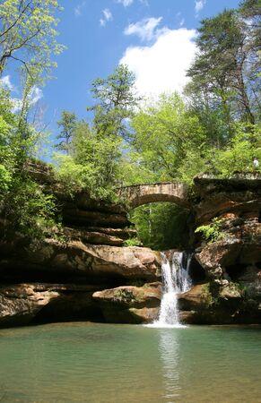 다리와 폭포 Hocking 언덕 주립 공원, 오하이오에서 스톡 콘텐츠