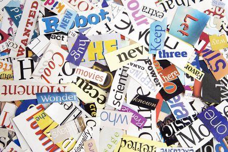 잡지에서 잘라낸 다채로운 단어는 매력적인 배경을 형성합니다.