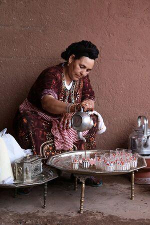 마라 케시, 모로코 -8 월 8 : 베르베르 여자 마라 케시, 모로코에서 2008 년 8 월 8 일에 민트 차를 만드는 전통적인 의식을 수행합니다. 에디토리얼