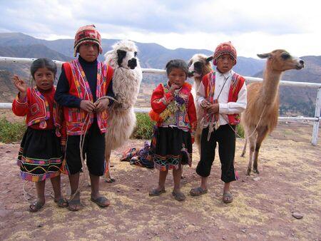 신성한 골짜기, 페루 : 2006 년 7 월 25 일 : 신성한 골짜기에있는 전통적인 의복에있는 페루 아이들, Machu Picchu의 가까이에