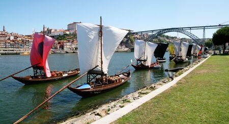 Porto, 포르투갈에서 Douro 강 유역에 돛을 furled와 보트 도착 와인 도킹 도킹.