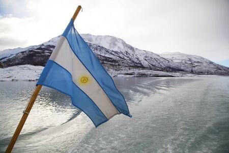 bandera argentina: Argentina Flag Flying en el Parque Nacional Los Glaciares, Argentina
