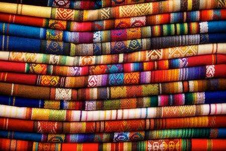 Kleurrijke dekens voor verkoop op de markt in Otavalo, Ecuador