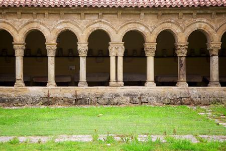arcos de piedra: Claustro de la Iglesia de la Colegiata de Santillana del Mar en Cantabria, España