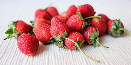 tela blanca: Strawberry on a white cloth. Foto de archivo