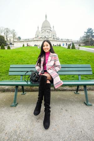 sacre coeur: Asiatique belle jeune fille assise sur un banc près du Sacré-Coeur à Paris