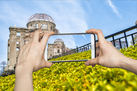 bombe atomique: Fille de prendre des photos sur téléphone intelligent mobile bombe atomique, hiroshima, Japon Banque d'images