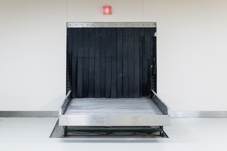 国際空港の空の手荷物カルーセル 写真素材