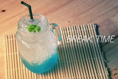 Blaue Eis-Tee-Kaffee auf Holz Textur Tisch