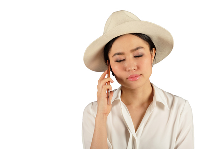 mladá atraktivní asijské žena čeká odpověď na chytrý telefon na bílém backgroud Reklamní fotografie