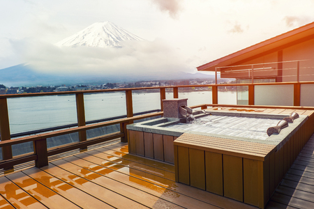 Japanese open air hot spa onsen with view of the mountain Fuji Banco de Imagens