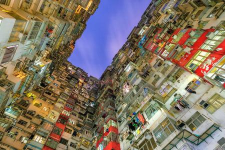 古いコミュニティ夜景石切り場湾、香港でカラフルなアパートの建物