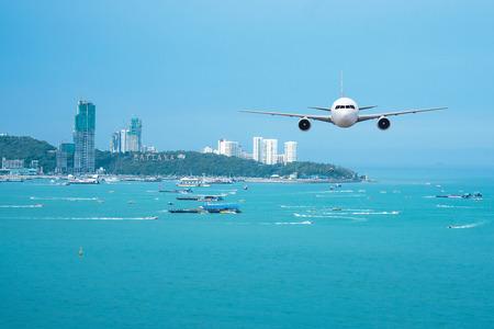 本物の飛行機の航空機やパタヤの街並み背景の前面