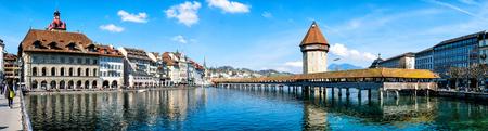 Panoramisch uitzicht op het centrum van Luzern met de beroemde kapelbrug en het meer van Luzern (Vierwaldstatersee), kanton Luzern, Zwitserland