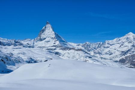 Vista panorámica hermosa del pico de Matterhorn de la montaña de la nieve, Zermatt, Suiza. Foto de archivo