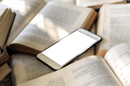 Books and smartphone in library  Banque d'images