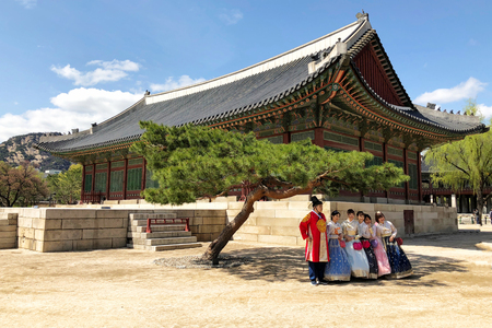 28 MARCH : A group of tourist wearing traditional korean clothing, hanbok, and taking group photo at Gyeongbokgung Palace at 28 March 2018 Redakční