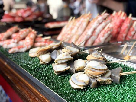 Seafood Street food in Tsukiji Fish Market, Japan. Standard-Bild