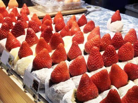 Street food strawberry Daifuku, Strawberry Mochi at Tsukiji Fish Market in Tokyo. Standard-Bild