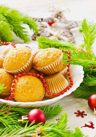 weihnachtskuchen: Weihnachtskuchen und Weihnachtsschmuck auf dem table.selective Fokus Lizenzfreie Bilder