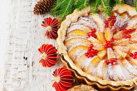 christmas apple: Natale torta di mele e decorazioni di Natale su table.concept festa di Natale e Capodanno