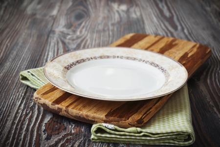 나무 배경에 녹색 주방 수건에 빈티지 접시. 주방 용품 스톡 콘텐츠