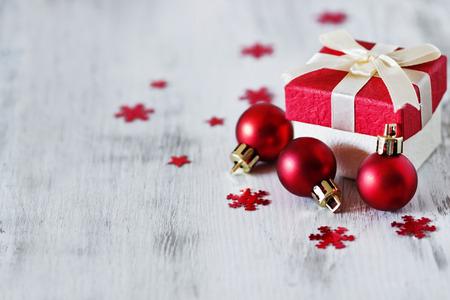 celebra: caja con regalos de Navidad y las decoraciones de Navidad en un fondo de madera blanca. enfoque selectivo. copiar el espacio para que el texto