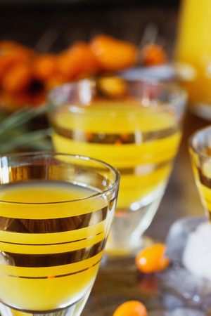 bebidas alcoh�licas: c�ctel alcoh�lica tradicional de bayas de espino amarillo sobre un fondo de granito. Las bebidas alcoh�licas de diferentes pa�ses. bebidas perniciosas. enfoque selectivo