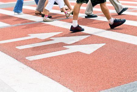 senda peatonal: El pie de los peatones en el cruce peatonal de la ciudad de verano Foto de archivo