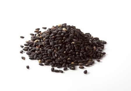 ajonjol  : Las semillas de sésamo aisladas sobre fondo blanco