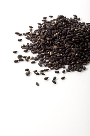 ajonjoli: Las semillas de s�samo aisladas sobre fondo blanco