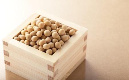 木製の正方形のカップの大豆 写真素材