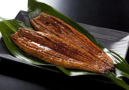 japonais rôti de nourriture anguille (unagi) sur l'herbe en bambou Banque d'images